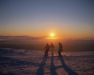 朝日とスキーヤーの写真素材 [FYI03192390]