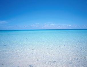 白い砂浜の海辺  久米島 沖縄県の写真素材 [FYI03192396]