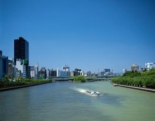 中ノ島と水上バス 大阪府の写真素材 [FYI03192923]