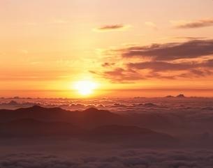 乗鞍岳より雲海と朝日(オレンジ色) 岐阜県の写真素材 [FYI03192934]