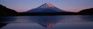 精進湖の夕照  山梨県の写真素材 [FYI03192945]