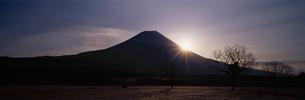 朝日と富士山のシルエット 朝霧高原 静岡県の写真素材 [FYI03192957]