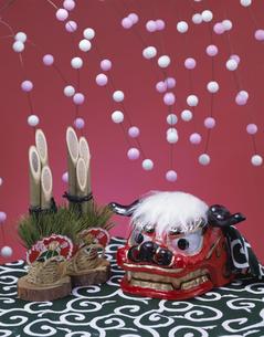 正月飾り(門松・獅子頭・餅花 )の写真素材 [FYI03193048]