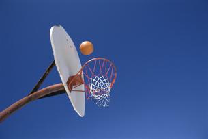 バスケットゴールと青空の写真素材 [FYI03193157]
