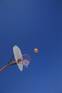 バスケットゴールと青空の写真素材 [FYI03193162]