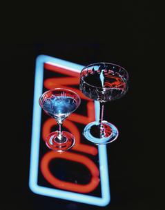 ネオンサインと2杯のカクテルグラスの写真素材 [FYI03193211]