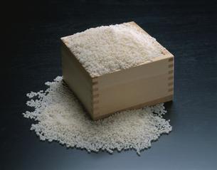 枡からあふれる米の写真素材 [FYI03193218]