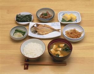 和朝食イメージ(ご飯・味噌汁・焼き魚など)の写真素材 [FYI03193458]