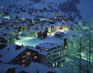 街並夕景 ツェルマット スイスの写真素材 [FYI03193563]