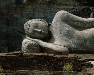 ガル.ヴィハーラの涅槃像    ポロンナルワ遺跡 スリランカの写真素材 [FYI03193582]