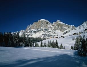 コルフォスコ近くの雪原にて   ドロミテ イタリアの写真素材 [FYI03193618]