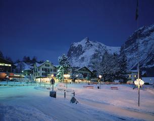 雪の夕景  グリンデルワルト スイスの写真素材 [FYI03193631]
