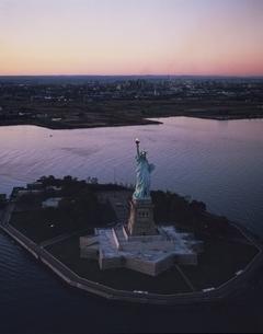 自由の女神の夕景 空撮 アメリカの写真素材 [FYI03193674]