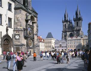 旧市庁舎の大時計とテイン教会 プラハ チェコの写真素材 [FYI03193769]