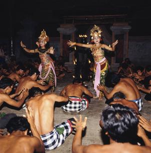 ケチャックダンス バリ島 インドネシアの写真素材 [FYI03193780]