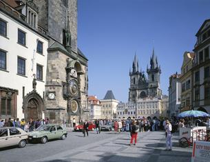 旧市庁舎の大時計とテイン教会 プラハ チェコの写真素材 [FYI03193783]