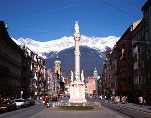 雪山が背景のマリアテレジア通りと聖アンナ  オーストリアの写真素材 [FYI03193804]