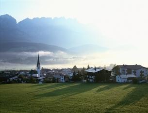朝霧漂うチロルの谷にて   オーストリアの写真素材 [FYI03193832]
