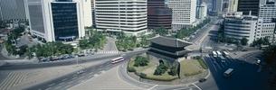南大門と変貌する周辺ビル群    ソウル 韓国の写真素材 [FYI03193836]