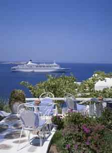 テラスから見るクルーズ船   ミコノス島 ギリシャの写真素材 [FYI03193838]
