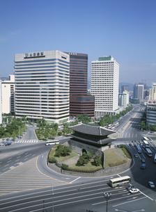 南大門とビル群 ソウル 韓国の写真素材 [FYI03193839]