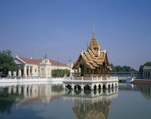 湖上のパビリオン・バンパイン離宮  タイの写真素材 [FYI03193905]
