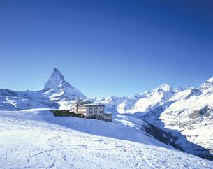ホテルと山並み  ツエルマット スイスの写真素材 [FYI03193922]