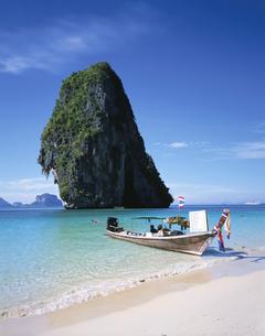 プラナン岬と砂浜のボート クラビ タイの写真素材 [FYI03194106]