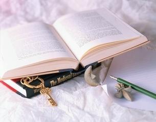 鍵と洋書の写真素材 [FYI03194458]