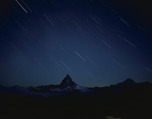 マッターホルンと星空  ツェルマット スイスの写真素材 [FYI03194570]