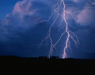 富良野の雷の風景 北海道の写真素材 [FYI03194625]
