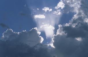 雲間の光の写真素材 [FYI03194771]