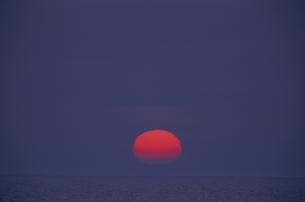 海から登る太陽  別海町 北海道の写真素材 [FYI03194905]
