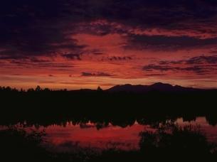 朝の湖の風景(赤) 美瑛 北海道の写真素材 [FYI03195033]