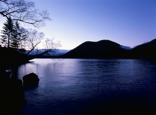 日の出前の然別湖の写真素材 [FYI03195112]