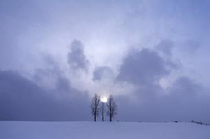 雲間の太陽の写真素材 [FYI03195597]