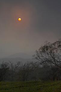 雲間の太陽と大地の写真素材 [FYI03195738]
