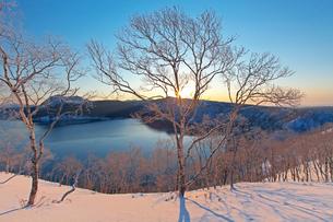 日の出 摩周湖の写真素材 [FYI03195939]