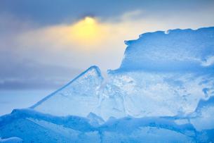 氷と日の出の写真素材 [FYI03196172]