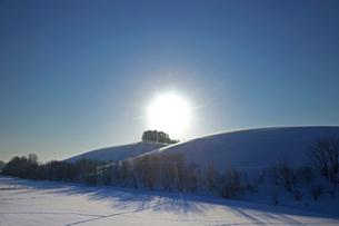 丘からの日の出の写真素材 [FYI03196397]