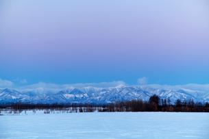 日の出前の日高山脈の写真素材 [FYI03196621]
