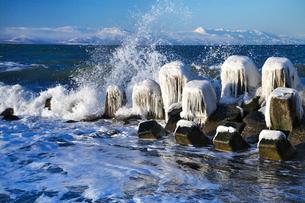 知床連山と波の写真素材 [FYI03197004]