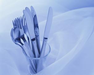 グラスに入れたフォークとナイフとスプーンの写真素材 [FYI03197129]