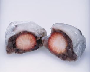 イチゴ大福の断面の写真素材 [FYI03197265]