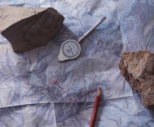 地図 の上にコンパスの写真素材 [FYI03197290]