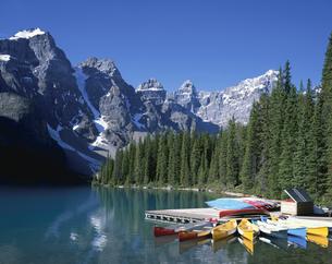 モレーン湖のカヌー乗り場と山並 カナディアンロッキー カナダの写真素材 [FYI03197898]