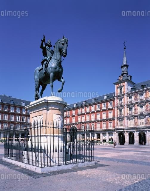 マヨール広場とフェリペ3世騎馬像 マドリード スペインの写真素材 [FYI03197984]