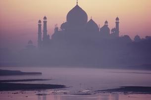 アグラの宮殿のシルエットとジャムナ川 ダージマハール インドの写真素材 [FYI03198078]
