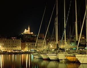 旧港のヨットと町並みの夜景 マルセイユ フランスの写真素材 [FYI03198180]