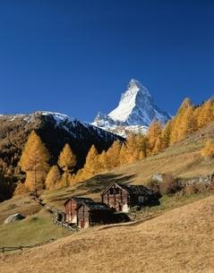 黄葉のマッターホルンと山小屋 スイスの写真素材 [FYI03198311]